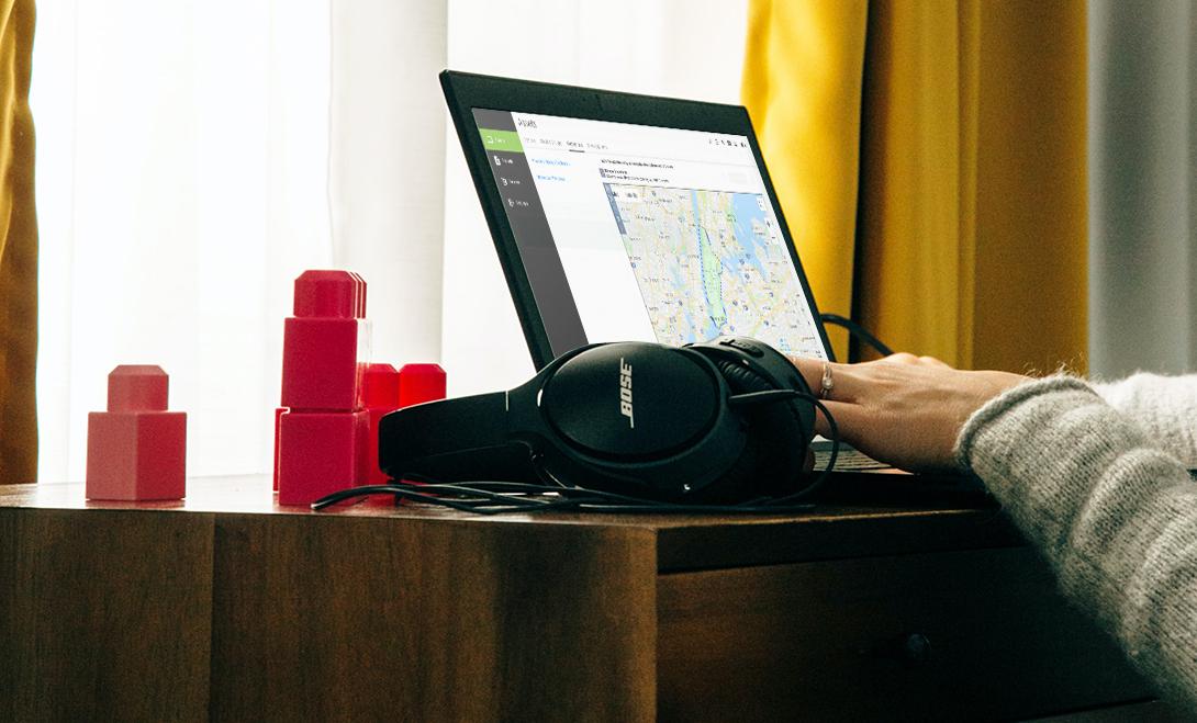 Nukke dashboard en laptop con audifonos bose