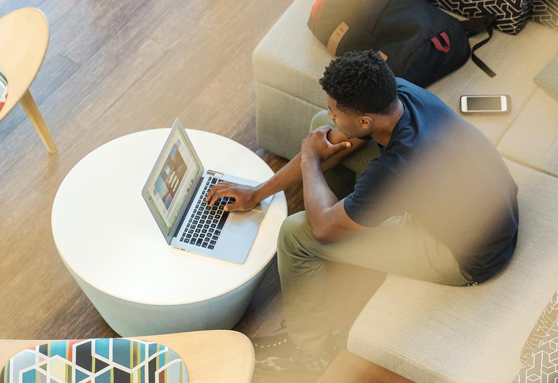 persona trabajando en su laptop