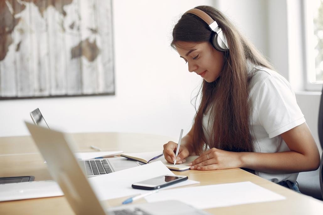 estudiante en linea a través de laptop