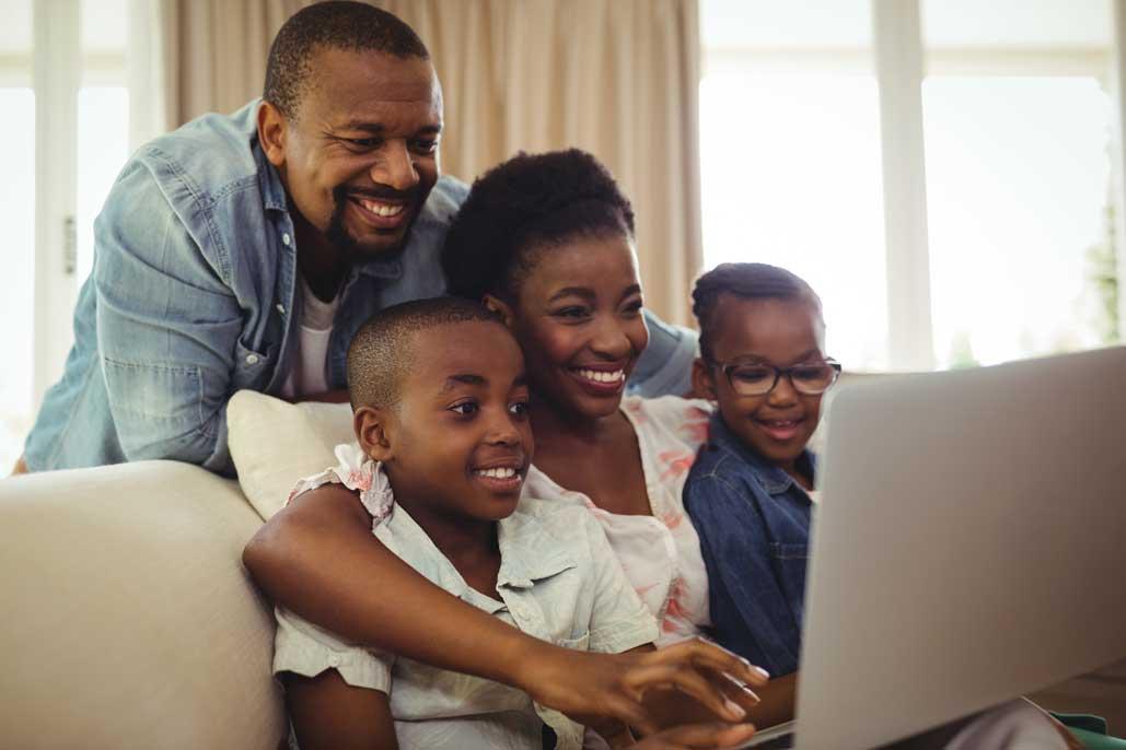 familia viendo la laptop